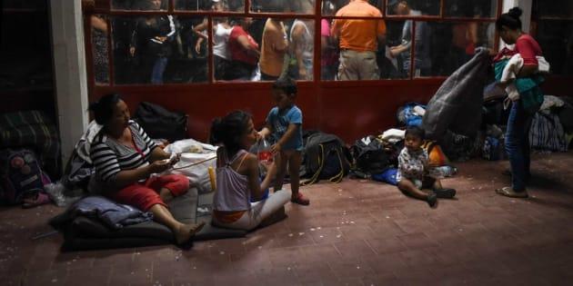 Imagen de la caravana de migrantes mientras descansaban en una de sus paradas rumbo a la frontera con EU en su paso por Matias Romero, en Oaxaca, México.