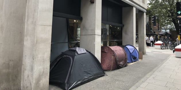 L'histoire de ces SDF vivant devant un magasin de meuble illustre la crise du logement au Royaume-Uni