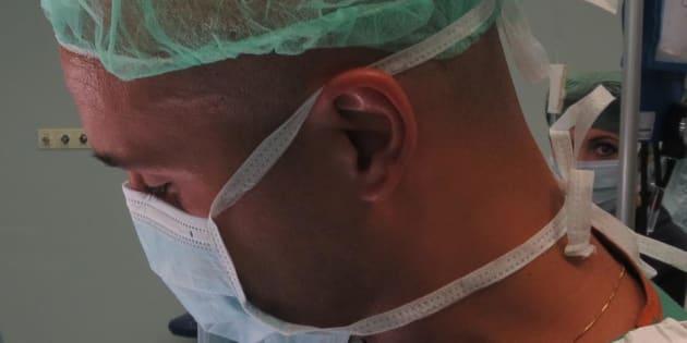 È uno dei chirurghi del primo trapianto di volto in Italia.