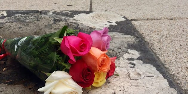 Fotografía de una de las ofrendas de Ricardo Ward al monumento desaparecido del doctor Lucio en la Ciudad de México.