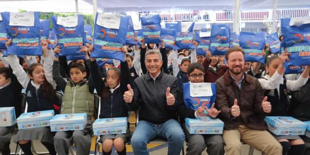 11 de enero de 2018. El gobernador de Puebla en una entrega de uniformes. El mandatario prometió regalar un millón 81 mil 171 uniformes escolares a alumnos de primaria y secundaria, y 790 mil pares de zapatos a los estudiantes, principalmente en zonas indígenas, con una inversión de 123 mpd.