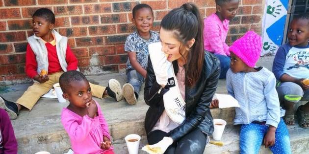 Demi-Leigh Nel-Peters utilizou luvas para alimentar crianças em um orfanato e acendeu a discussão sobre racismo nas redes sociais.
