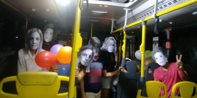 Com máscaras de vilãs de novela, jovens de Fortaleza surpreenderam amiga em uma festa no ônibus.