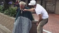 Même en vacances, ce coiffeur français ne peut pas s'empêcher d'aider les SDF à sa