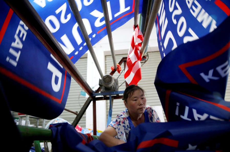 """Un trabajador hace banderas para """"Keep America Great!"""" Del Presidente de los Estados Unidos, Donald Trump. Campaña de reelección 2020."""