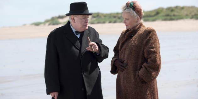 Interação de Churchill (Brian Cox) com a parceira Clementine (Miranda Richardson) é um dos pontos altos do filme.