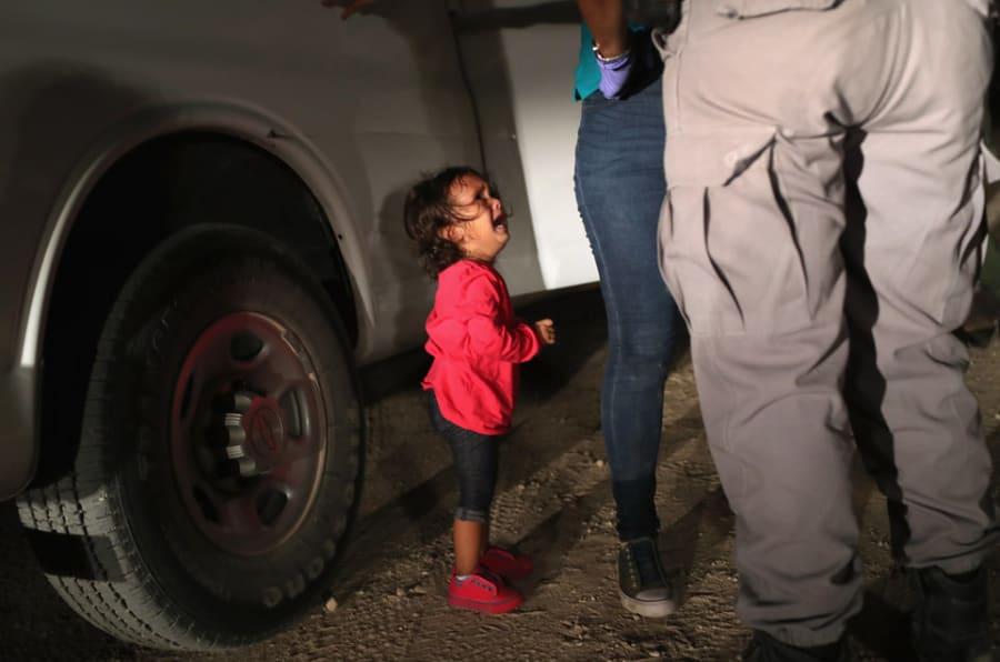 12 juin 2018 à McAllen, Texas, près de la frontière américano-mexicaine: cette petite demandeuse d'asile de 2 ans, originaire du Honduras, voit sa mère fouillée et arrêtée sous ses yeux. L'image a fait le tour du monde. (Photo : John Moore/Getty Images)