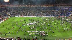 La pelouse du Parc OL envahie avant le début du match Lyon - Besiktas, le coup d'envoi donné avec 45 minutes de