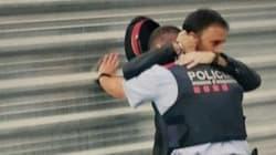 L'uomo che abbraccia un agente dei Mossos D'Esquadra è una delle foto simbolo di questa