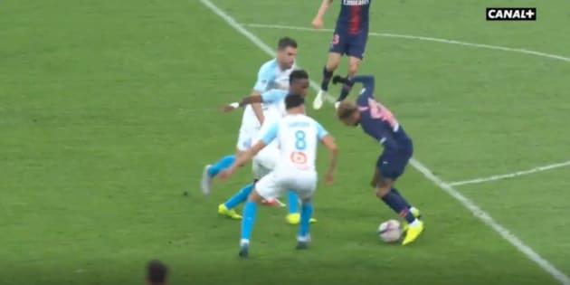 Même coincé par trois défenseurs, Neymar a réussi à s'en sortir grâce à un geste de virtuose.