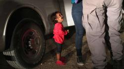2歳の女の子が泣く。今、アメリカとメキシコの国境で親子が引き離されている