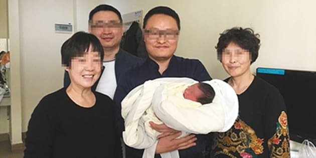 Los abuelos, posando felices con el pequeño Tiantian.