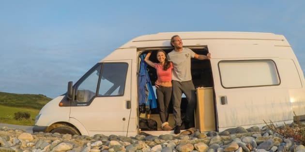 Brittany et Drew admirent le panorama de la côte de granit rose, en France, en juillet.