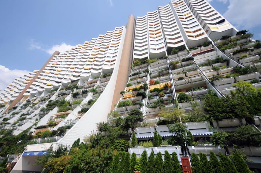 Alt-Erlaa es uno de los residenciales más grandes de Austria para personas de bajos ingresos. Se construyó en la década de los 70. La estructura completa incluye cerca de 3,200 departamentos.