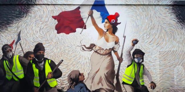 Une fresque ''gilets jaunes'' sur un mur de Paris, inspirée de Delacroix
