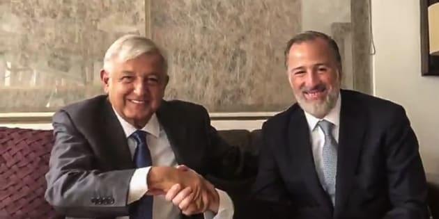 Andrés Manuel López Obrador durante una reunión con José Antonio Meade.
