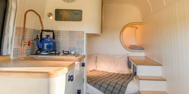 Un couple d'ingénieurs transforme un vieux van en luxueux camping car