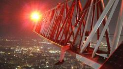 Rischiano la vita sui tetti dei grattacieli per qualche selfie estremo. L'ultima moda dei giovani