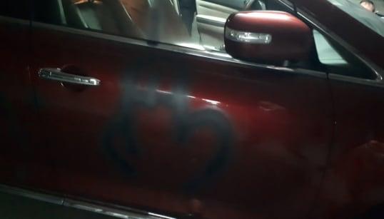 Pinchan las ruedas y pintan un pene y una esvástica en el coche del líder del PP