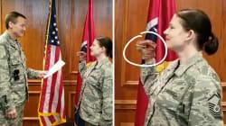 Ils rejouent le serment d'allégeance à l'armée avec une marionnette dinosaure... et se font