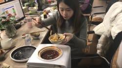 Elle cuisine avec des fournitures de