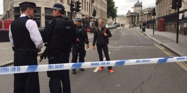 La place Trafalgar Square à Londres évacuée par des policiers et militaires armés