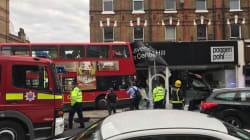 Un bus à impériale s'encastre dans une boutique à Londres et fait plusieurs