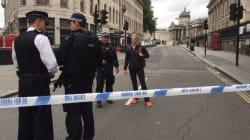 La place Trafalgar Square à Londres évacuée par des policiers et