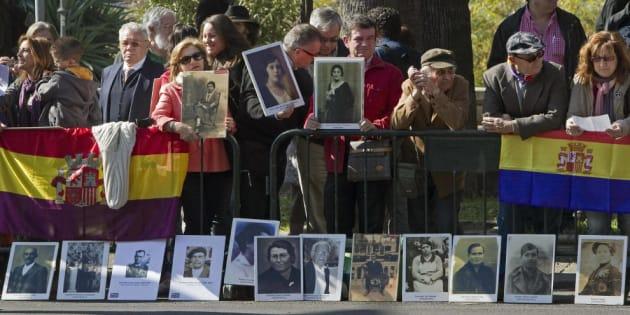 Manifestantes por la memoria histórica concentrados ante el Teatro de la Maestranza de Sevilla, en el Día de Andalucía.