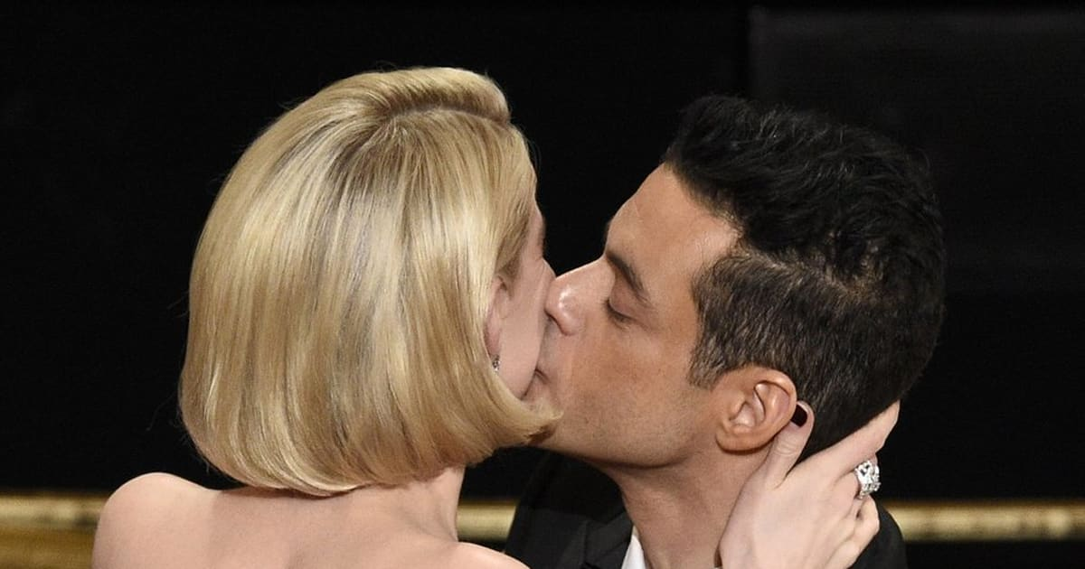 Malek festeggia l'Oscar con un bacio appassionato alla sua Lucy. Storia di un amore nato sul set