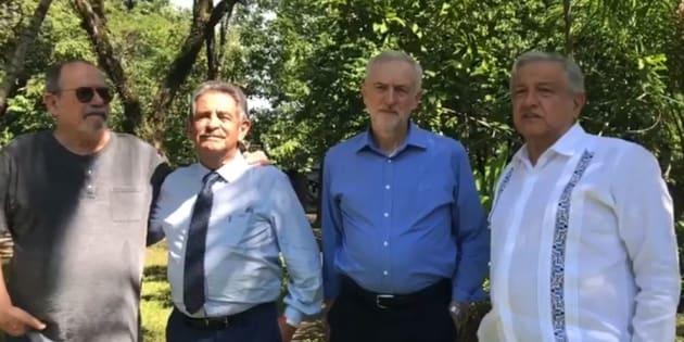 El líder del partido Laborista de Reino Unido, Jeremy Corbyn, acompaña a Andrés Manuel López Obrador en su finca La Chingada, en Palenque un día antes de la toma de posesión.