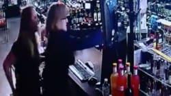 Une mère et sa fille tirent un voleur armé d'un fusil à canon
