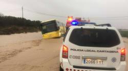 Rescatados 70 escolares de un bus atrapado por la lluvia en Cartagena