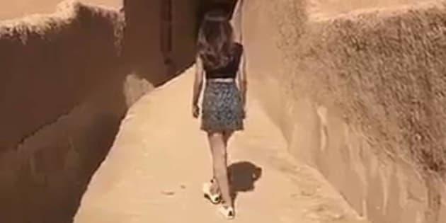 Imagen del vídeo, en el que se ve la joven que pasea en minifalda y con camiseta de manga corta.
