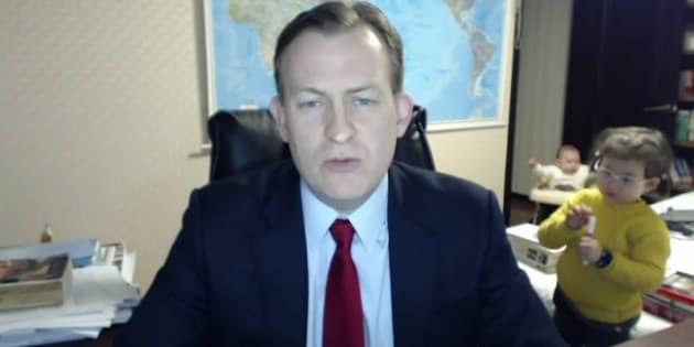 Professor Robert Kelly falava ao vivo para a TV BBC quando foi interrompido por seus dois filhos.