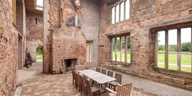 Les ruines de ce manoir fortifié du 12e siècle ont été transformées en résidence de vacances.
