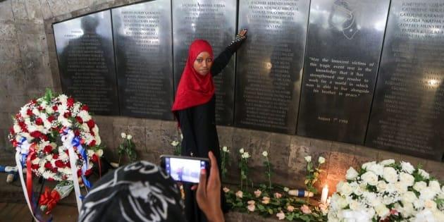 Una joven keniana, familiar de una de las víctimas del atentado, posa en el memorial levantado en Nairobi.