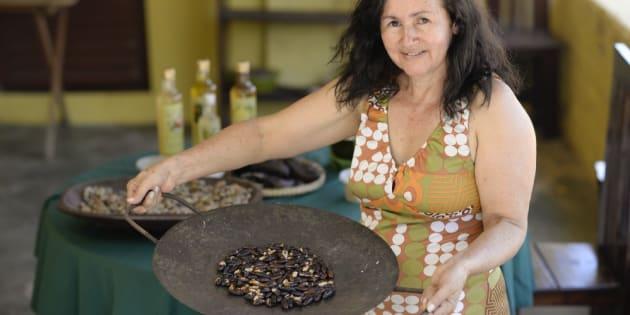 Dona Ana mostra a leva de castanha de baru torrada.