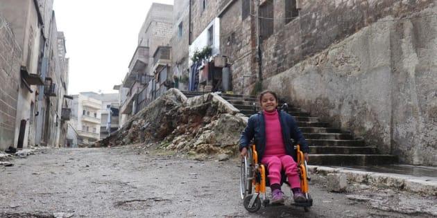 Hanaa, 8 anni, ha perso l'uso delle gambe in un bombardamento su Aleppo. Sono migliaia i bambini resi disabili dalla guerra in Siria, che entra nel suo ottavo anno. Cresce il numero di bambini disabili e mutilati a causa della guerra.