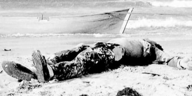 Cadáver aparecido el 1 de noviembre de 1988 en la playa de Los Lances, en Tarifa, fotografiado por Ildefonso Sena.