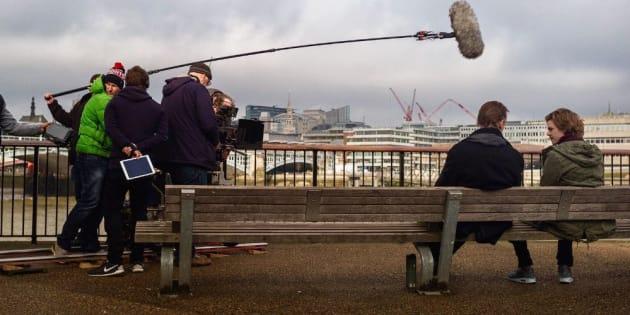 """Liam Neeson et Thomas Brodie-Sangster en tournage pour """"Love Actually"""" jeudi 16 février."""