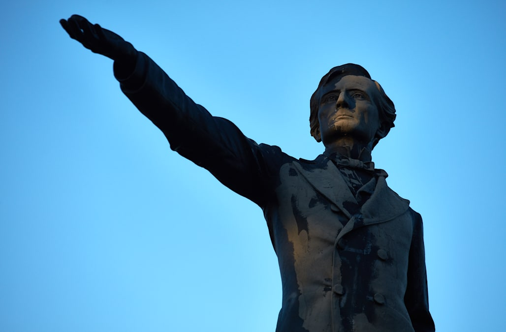 b02ebd610a April 24 (Reuters) - New Orleans on Monday removed a statue commemorating a  racially charged incident