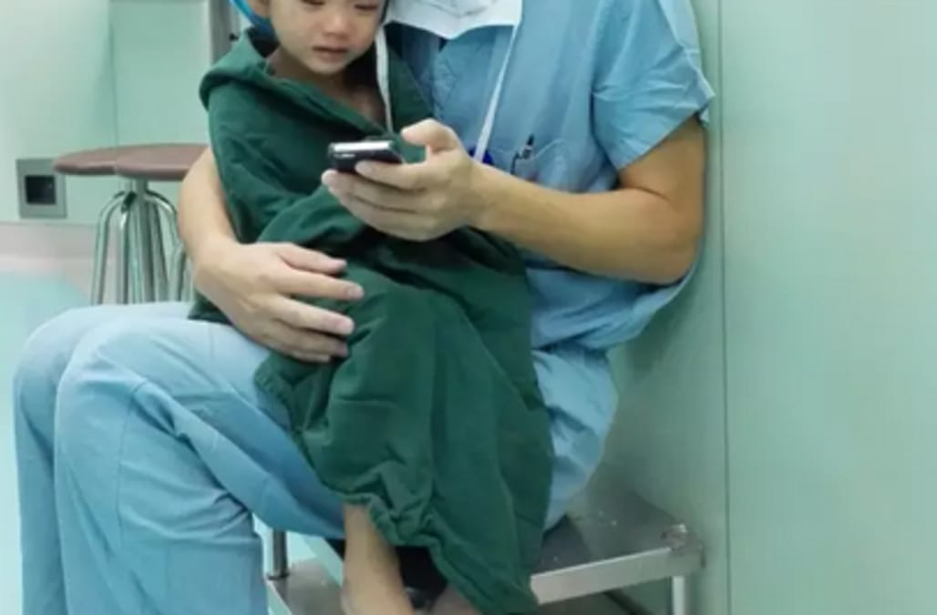 Cardiac Surgeon Comforts Crying Yearold Patient In The Cutest - Surgeon calms crying 2 year old girl about to undergo heart surgery with cartoons on his phone