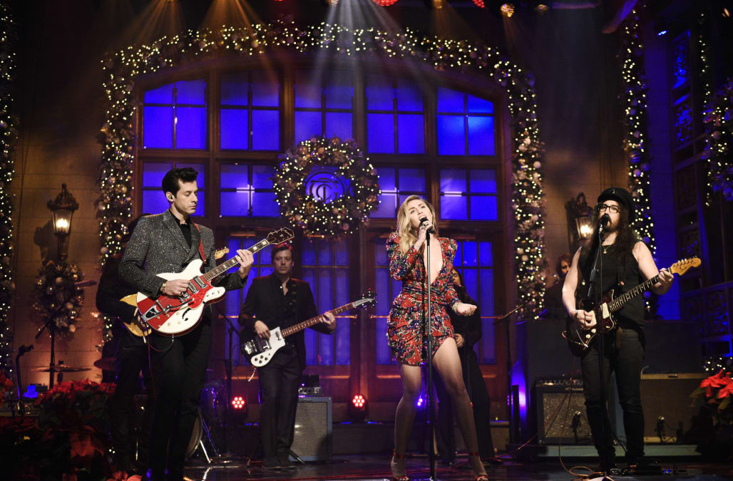 Snl Sean Ono Lennon Son Of John And Yoko Makes Surprise Appearance To Perform With Miley Cyrus Aol Entertainment