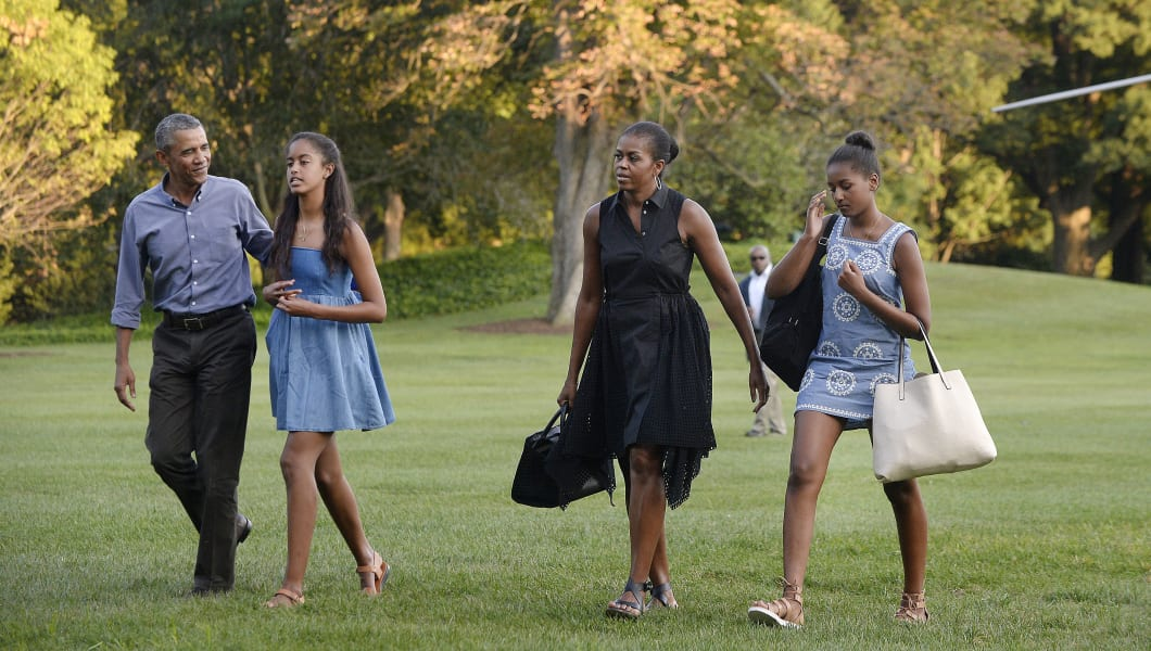WASHINGTON, DC - AUGUST 23:  U.S. President Barack Obama (L), daughters Sasha (2nd L) and Malia (R) and first lady Michelle Obama arrive at the White House August 23, 2015 in Washington, D.C. The first family was returning from vacationing on Martha's Vineyard.  (Photo by Olivier Douliery-Pool/Getty Images)