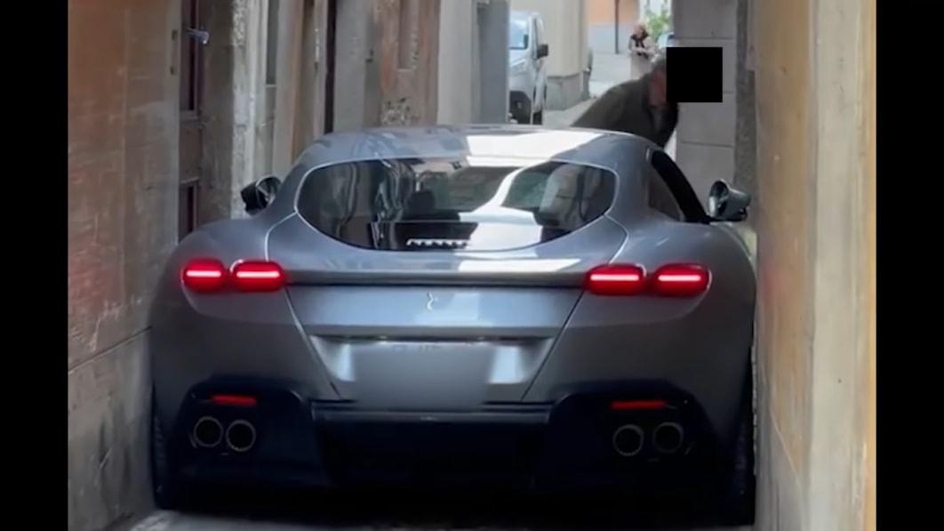 Ein Ferrari Roma bleibt in einer engen italienischen Straße stecken