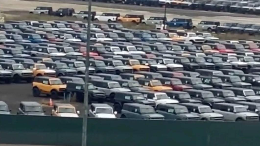 Tausende von Ford Broncos, die vor dem Werk in Michigan geparkt werden