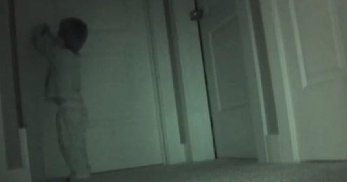 Un niño de dos años abre la puerta de su hermana con un cortauñas para conseguir lo que busca (VÍDEO)