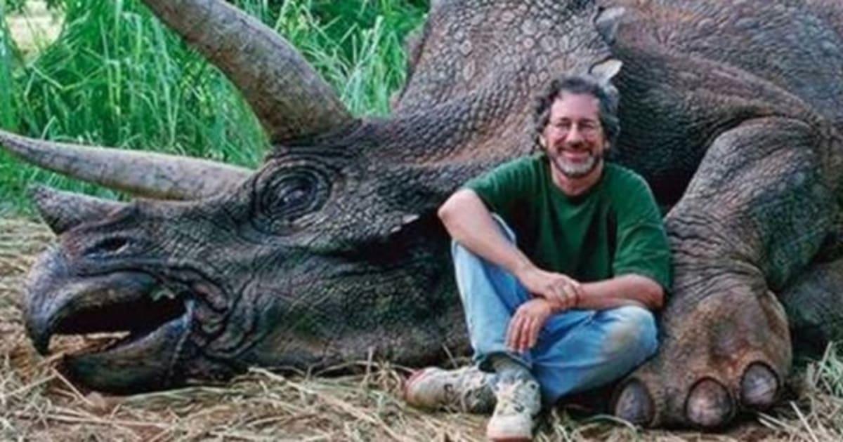 Steven Spielberg Pose Avec Une Reproduction De Tricratops Mort Et Se Fait Bombarder Commentaires Indigns