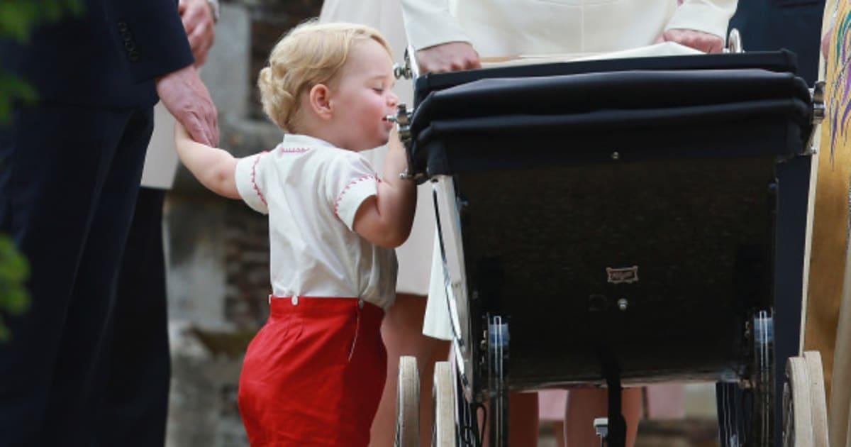 Princesinha Charlotte é batizada na Inglaterra -- e George rouba a cena mais uma vez! (FOTOS)